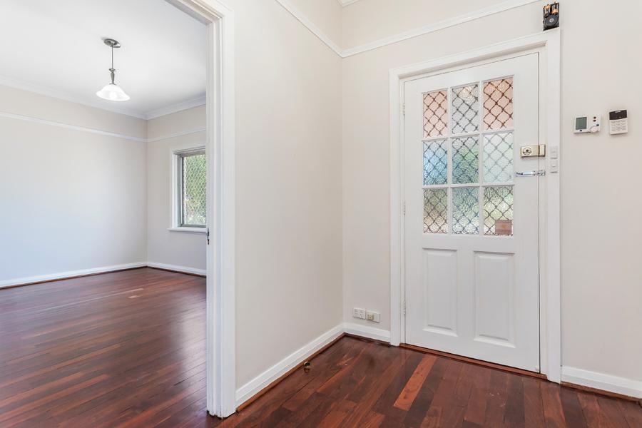 https://propertyphotos.vaultre.com.au/835/3951695__1576471869-684-IMG0128.jpg