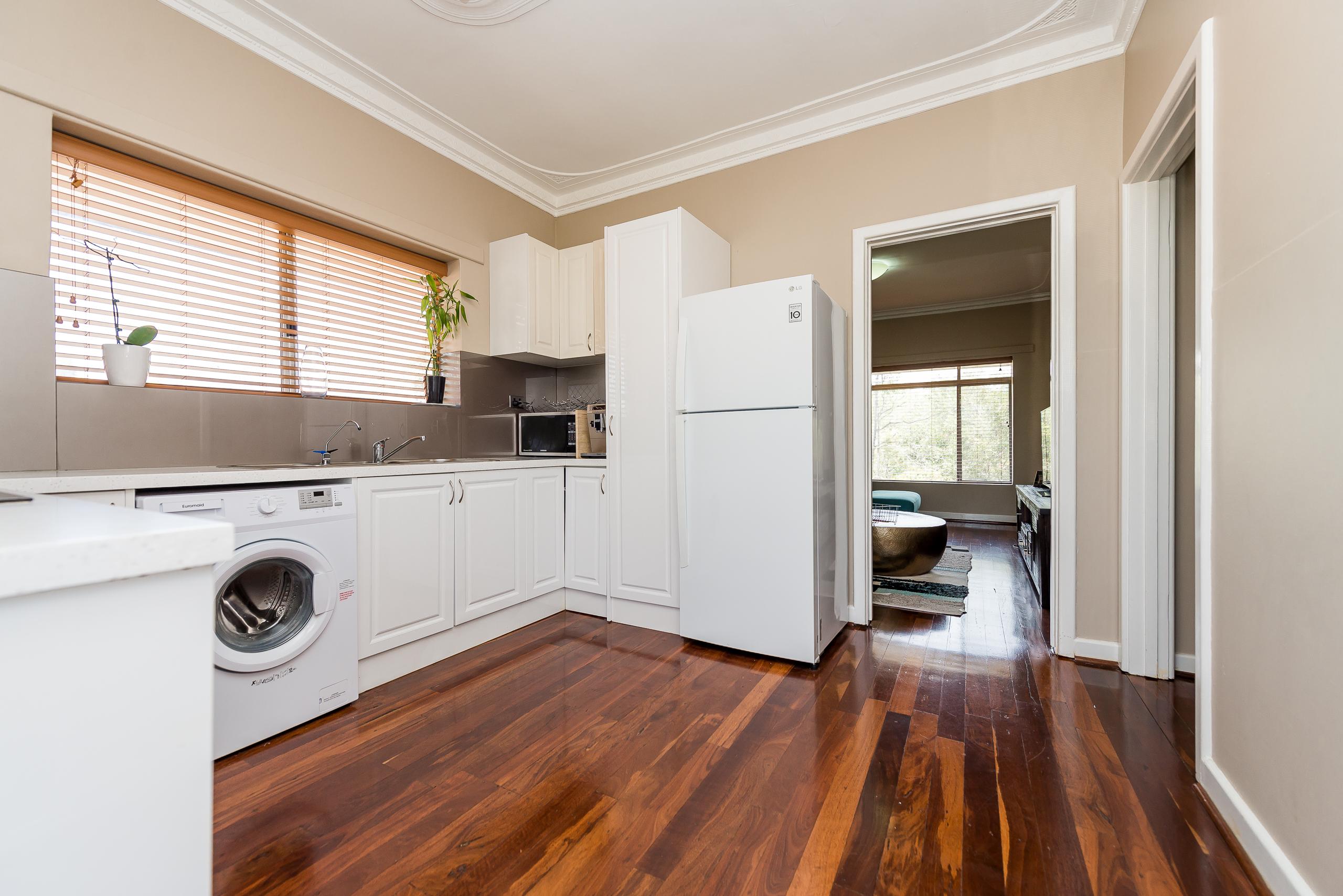 https://propertyphotos.vaultre.com.au/835/3976710__1577086216-668-4724CanningHwyApplecross-8.jpg