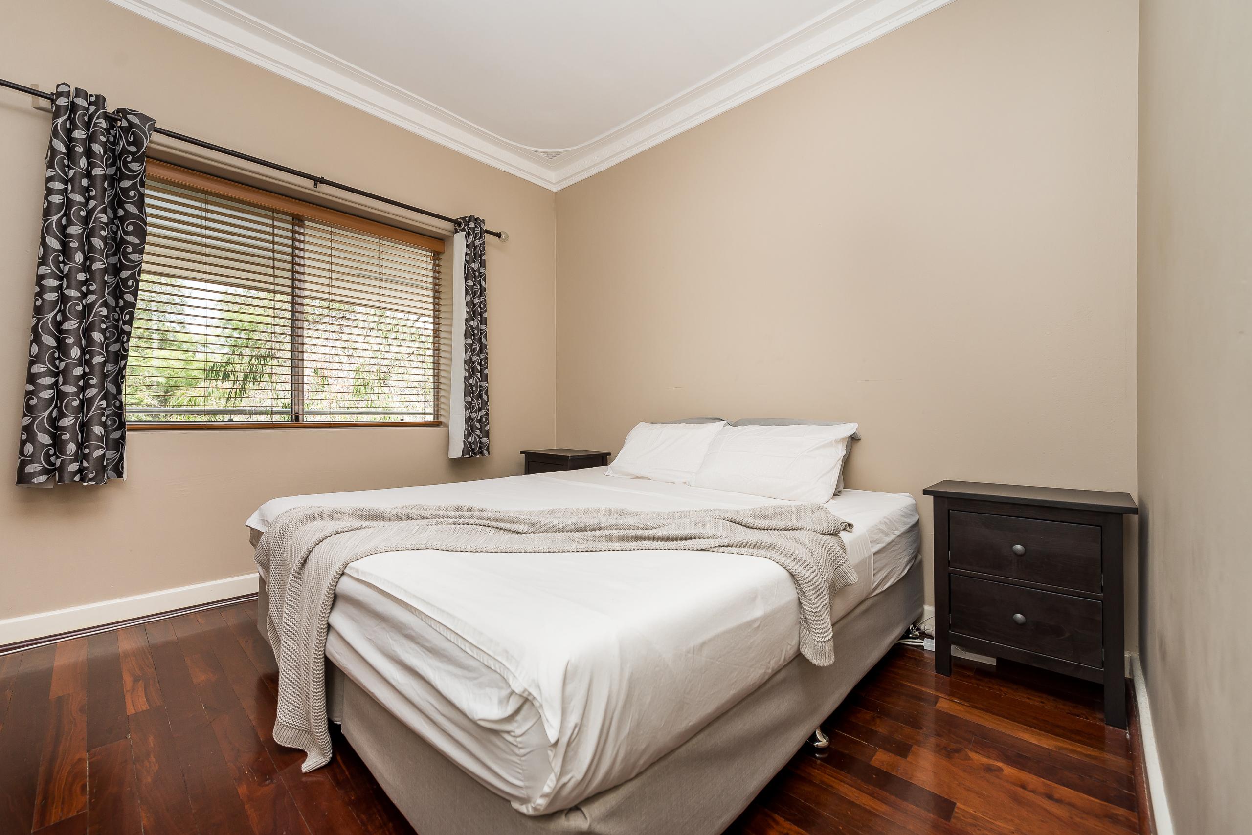 https://propertyphotos.vaultre.com.au/835/3976712__1577086267-725-4724CanningHwyApplecross-10.jpg