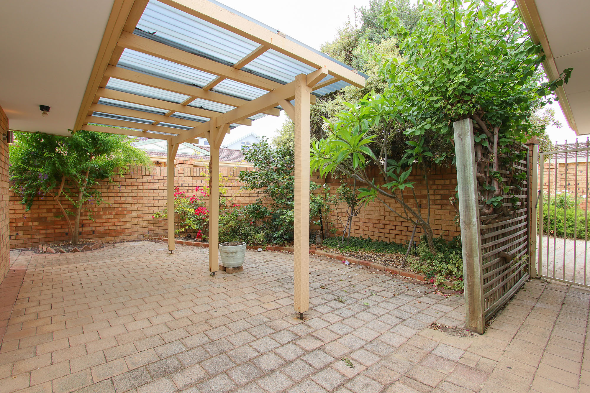 https://propertyphotos.vaultre.com.au/835/4030147__1579755828-25077-IMG0365.jpg