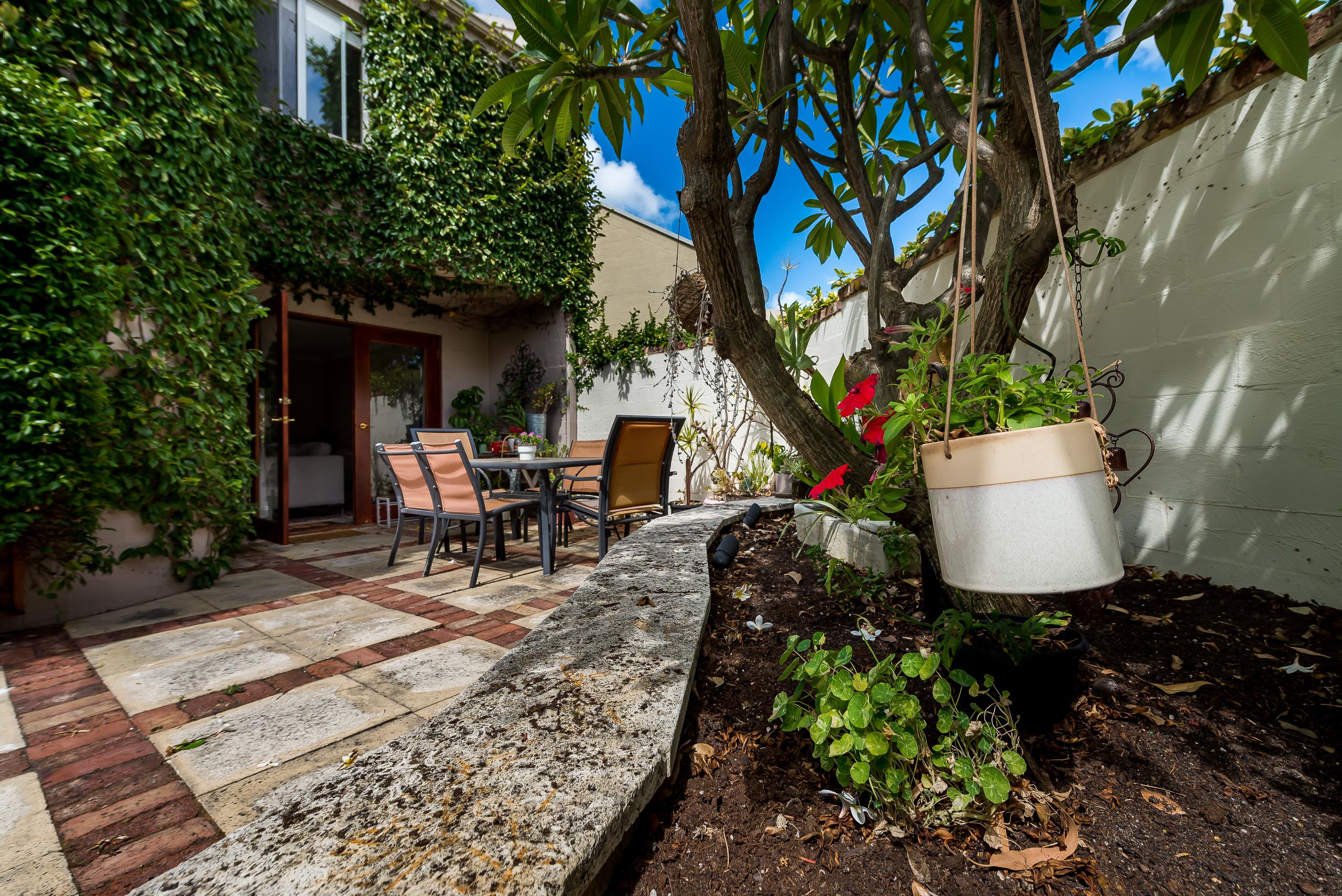 https://propertyphotos.vaultre.com.au/835/4044769__1580374839-21295-10McAteeCourtFremantle-25.jpg