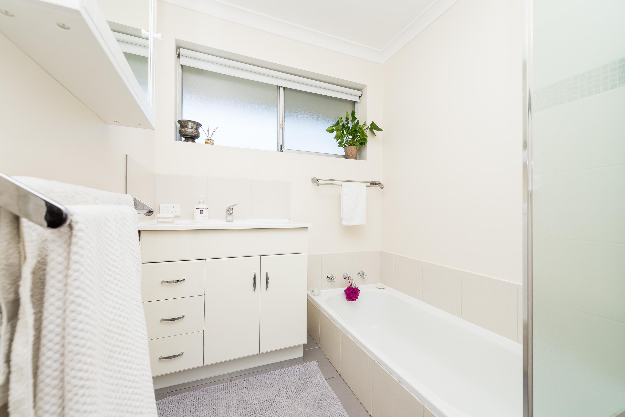 https://propertyphotos.vaultre.com.au/835/4455199__1581930362-5243-3BostonWayBooragoon-11.jpg