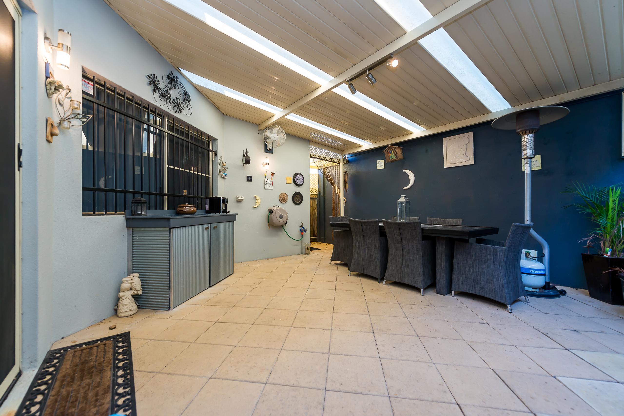 https://propertyphotos.vaultre.com.au/835/4465822__1582170719-27331-237LeonoraStComo-22.jpg