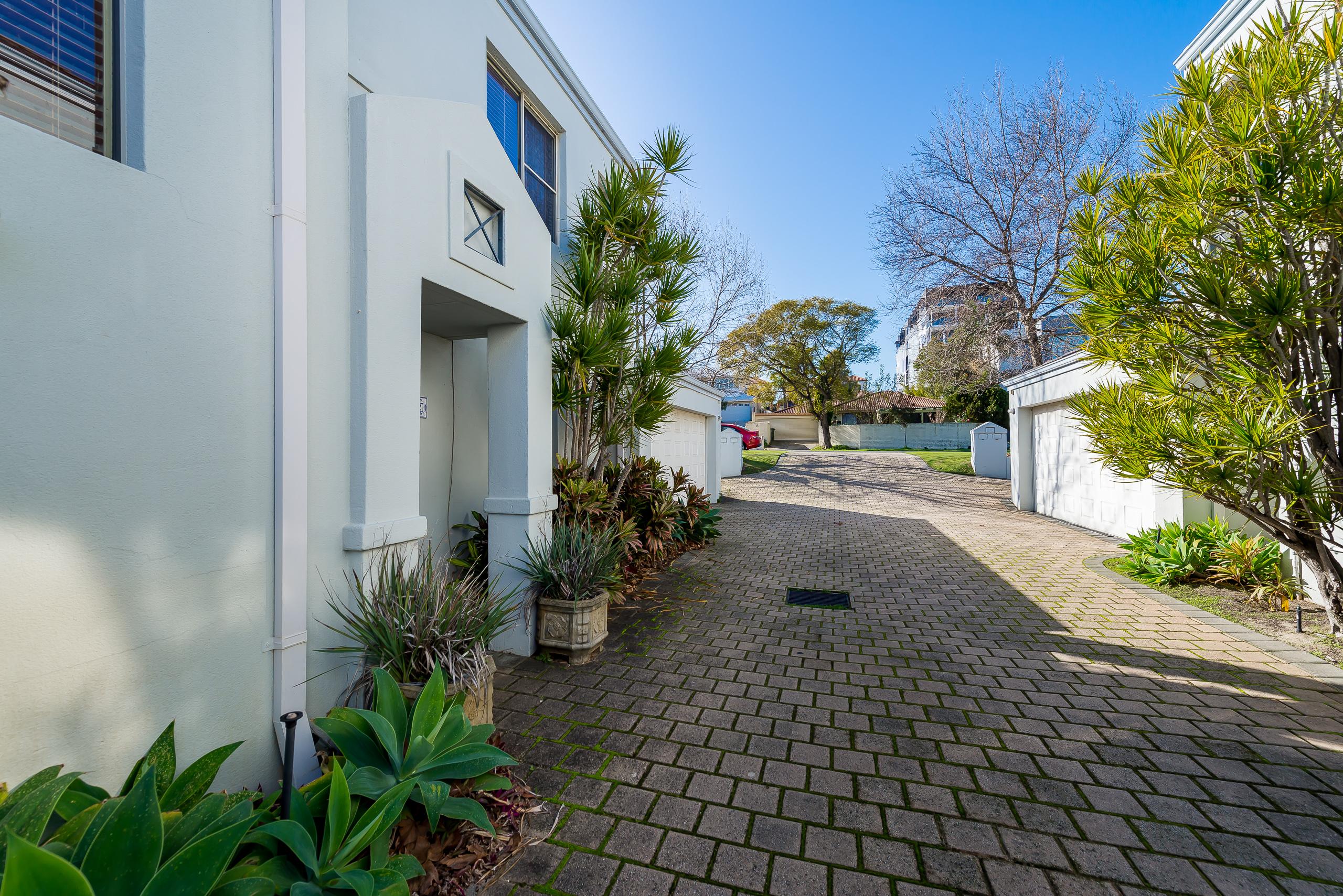 https://propertyphotos.vaultre.com.au/835/4465837__1582170879-27316-237LeonoraStComo-4.jpg