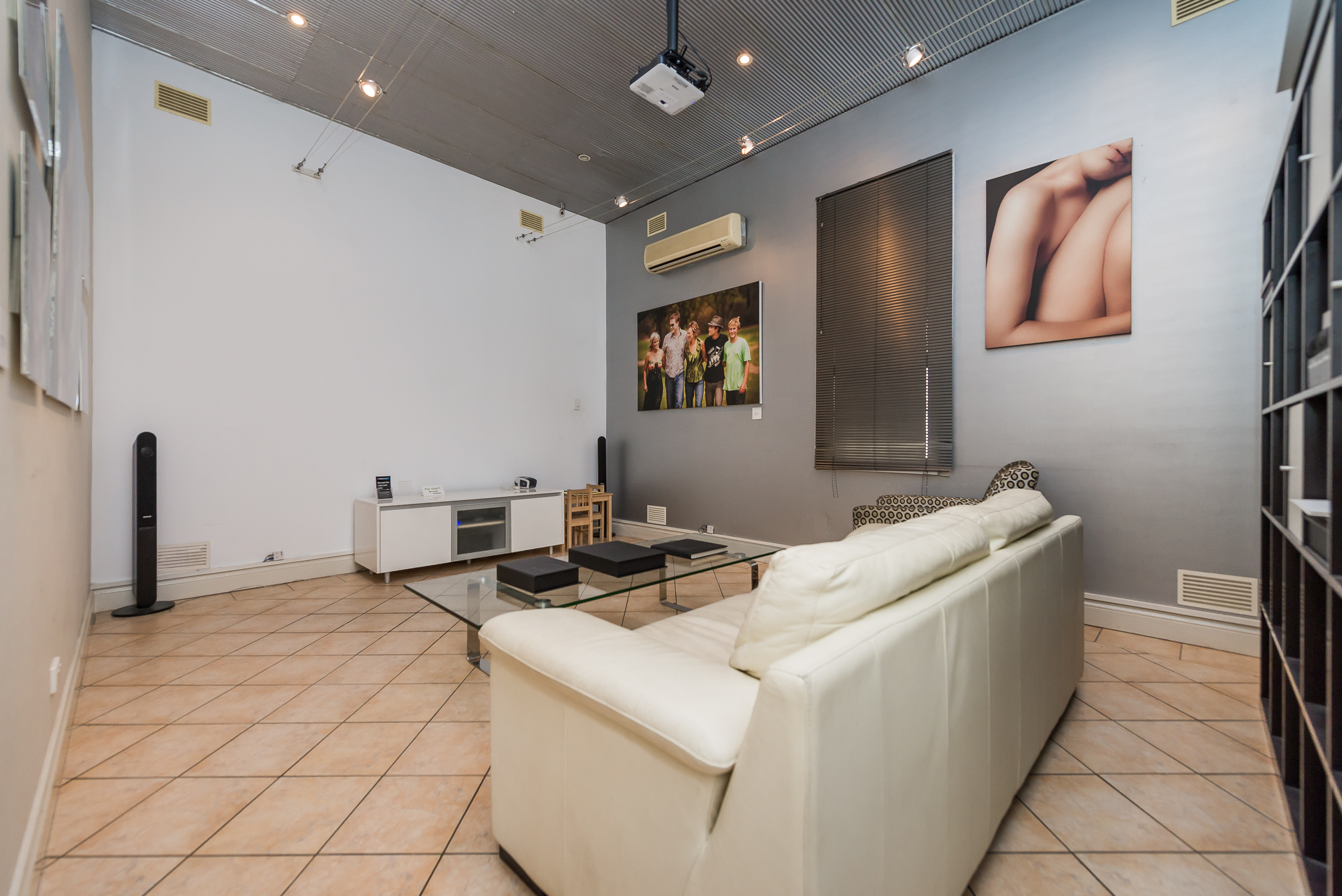 https://propertyphotos.vaultre.com.au/835/4505140__1582688760-6362-109AHamptonRoadSouthFremantle-8.jpg