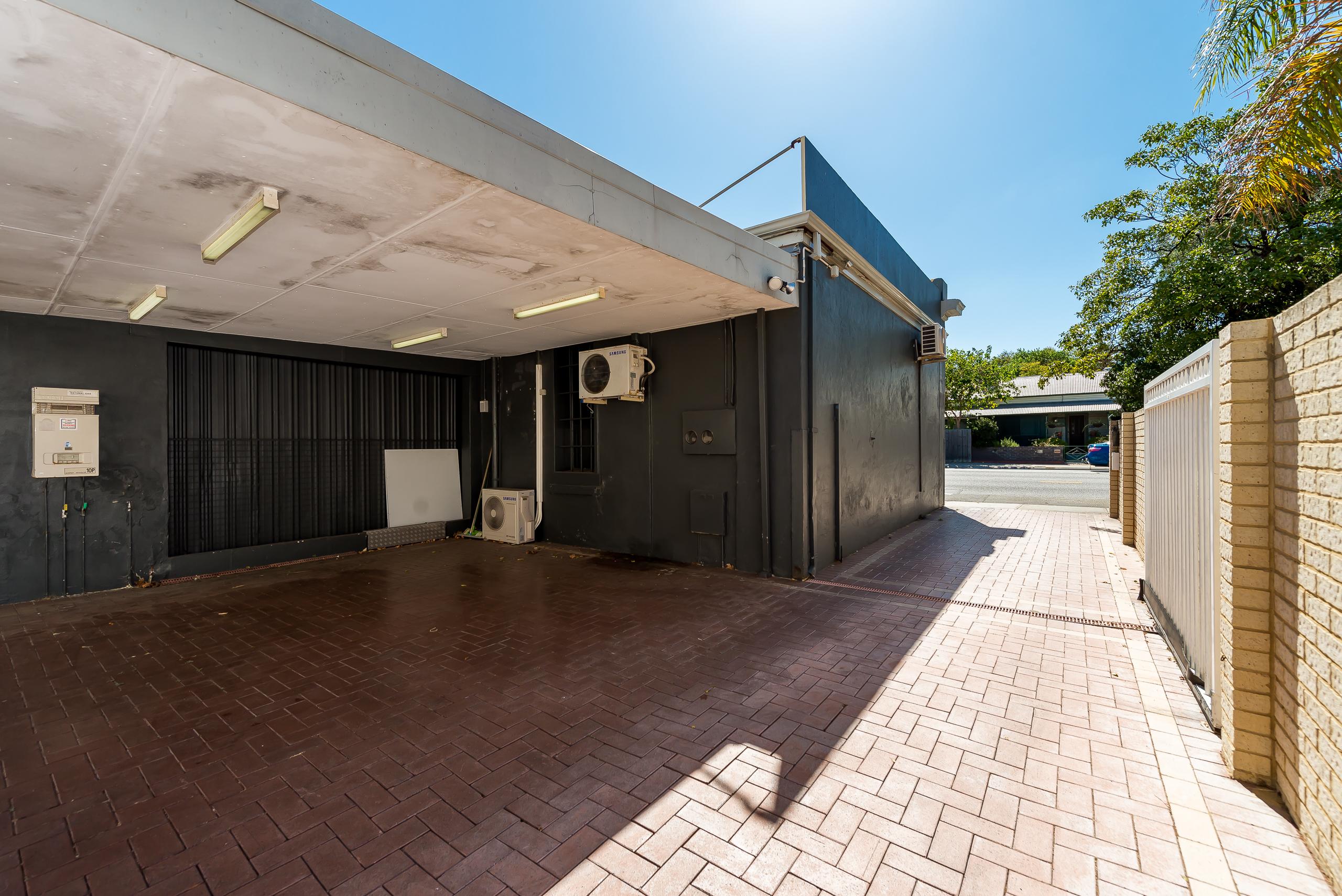 https://propertyphotos.vaultre.com.au/835/4505201__1582689008-6457-109AHamptonRoadSouthFremantle-17.jpg
