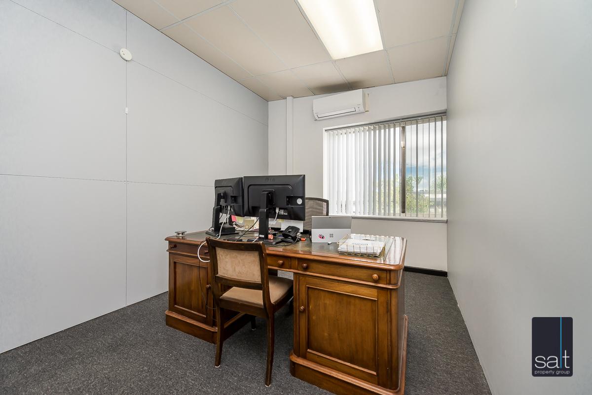 https://propertyphotos.vaultre.com.au/835/4638739__1584413292-10623-1AHaydenCourtMyaree-13.jpg