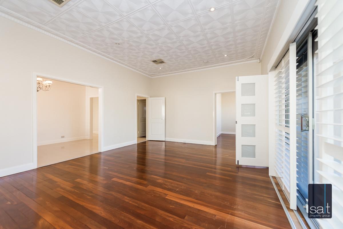 https://propertyphotos.vaultre.com.au/835/4660897__1585039247-704-31LeachAveRiverton-4.jpg