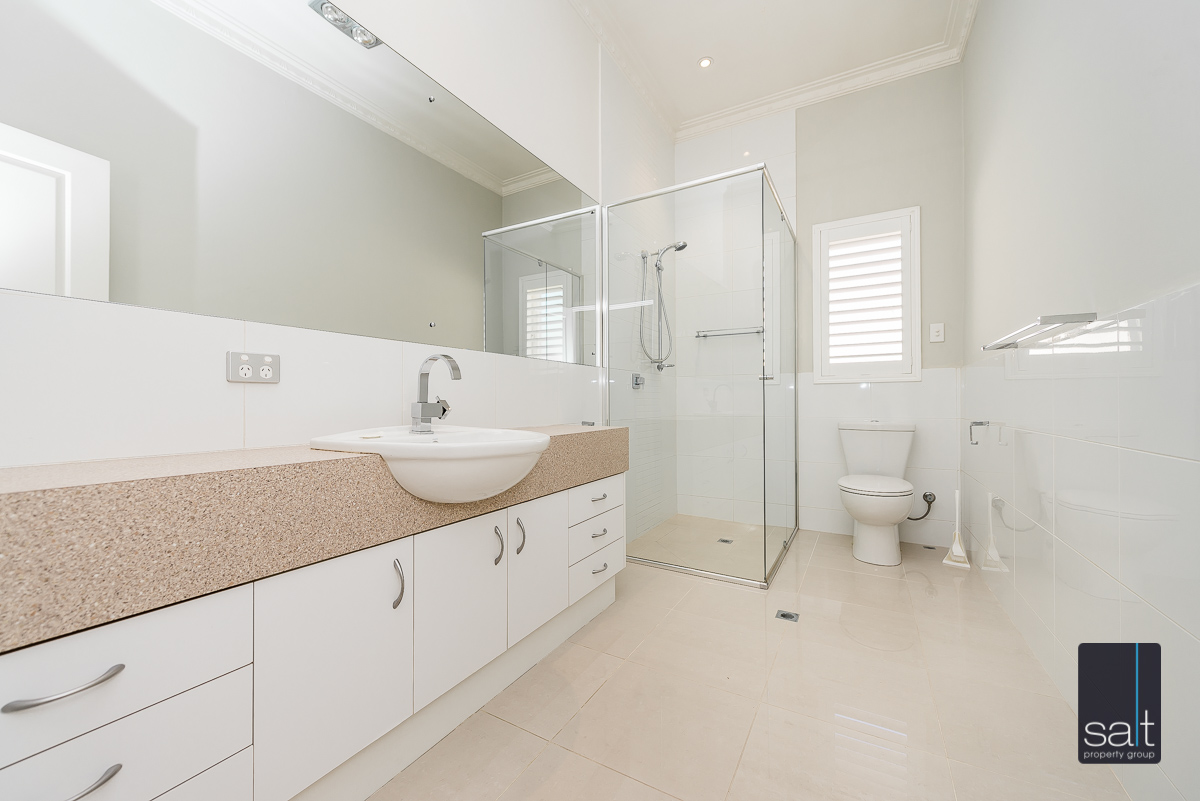 https://propertyphotos.vaultre.com.au/835/4660902__1585039252-725-31LeachAveRiverton-11.jpg