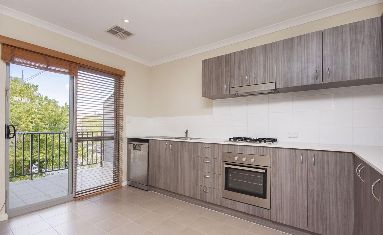 https://propertyphotos.vaultre.com.au/835/4857963__1587018572-10807-kitchen1.jpg