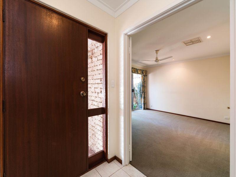 https://propertyphotos.vaultre.com.au/835/756643__reaimport-1568678532-347121-442167.jpg