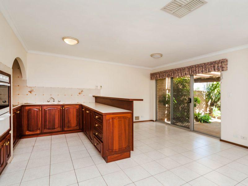https://propertyphotos.vaultre.com.au/835/756647__reaimport-1568678534-347121-442167.jpg