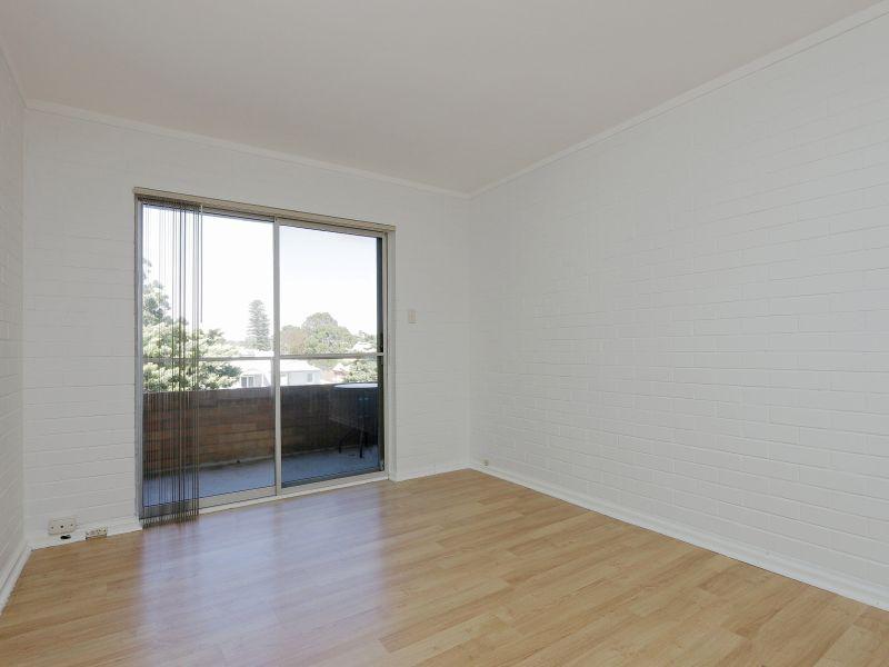 https://propertyphotos.vaultre.com.au/835/758972__reaimport-1568683828-347306-28979.jpg