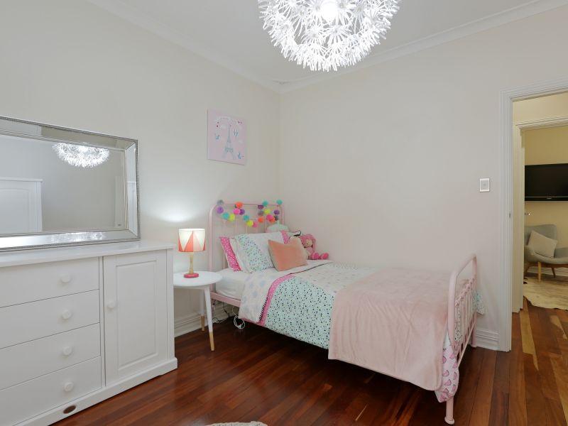 https://propertyphotos.vaultre.com.au/835/758999__reaimport-1568683835-347307-28980.jpg