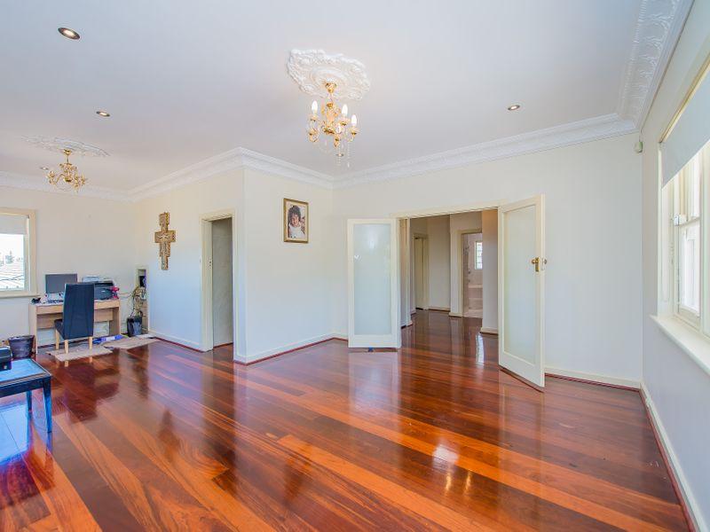 https://propertyphotos.vaultre.com.au/835/759256__reaimport-1568683927-347320-28993.jpg