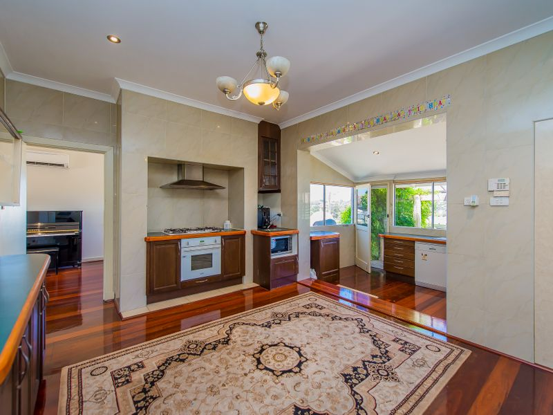 https://propertyphotos.vaultre.com.au/835/759257__reaimport-1568683928-347320-28993.jpg