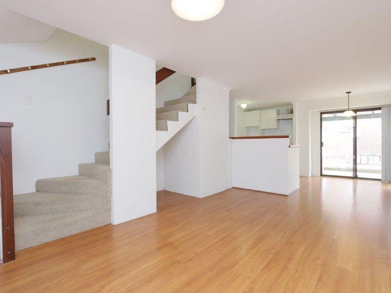 https://propertyphotos.vaultre.com.au/835/759921__reaimport-1568684173-347366-29037.jpg