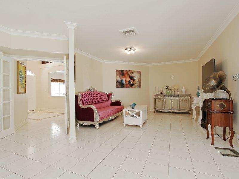 https://propertyphotos.vaultre.com.au/835/760082__reaimport-1568684231-347375-29045.jpg