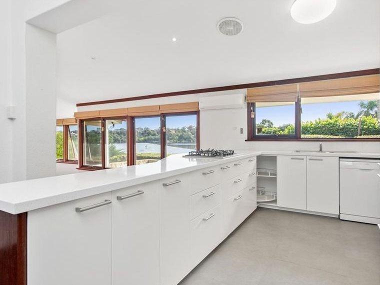 https://propertyphotos.vaultre.com.au/835/761995__reaimport-1568684918-347480-29147.jpg