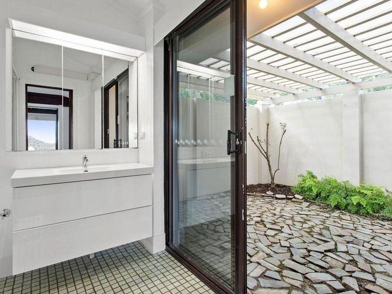 https://propertyphotos.vaultre.com.au/835/762002__reaimport-1568684920-347480-29147.jpg