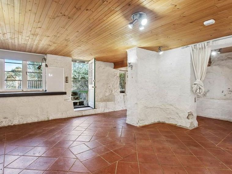https://propertyphotos.vaultre.com.au/835/762006__reaimport-1568684921-347480-29147.jpg