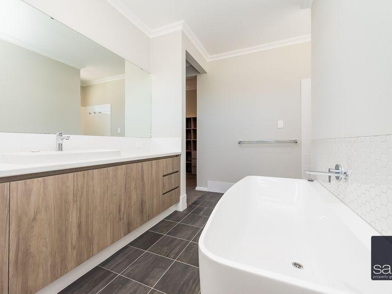 https://propertyphotos.vaultre.com.au/835/762365__reaimport-1568685035-347509-29175.jpg