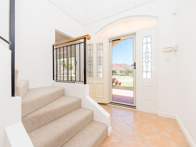 https://propertyphotos.vaultre.com.au/835/762582__reaimport-1568685106-347527-29193.jpg