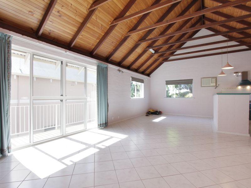 https://propertyphotos.vaultre.com.au/835/766389__reaimport-1568686137-347938-29602.jpg