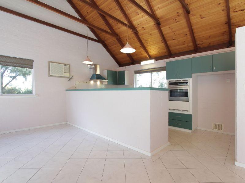 https://propertyphotos.vaultre.com.au/835/766393__reaimport-1568686138-347938-29602.jpg