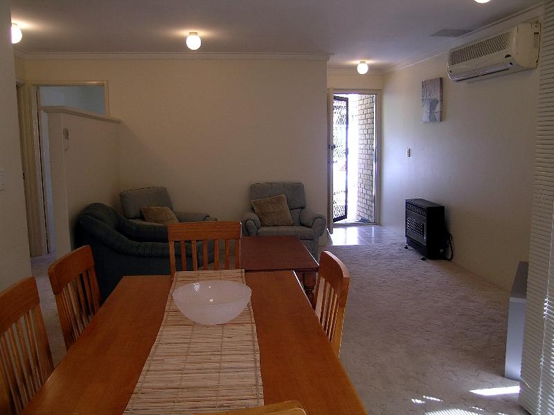 https://propertyphotos.vaultre.com.au/835/767025__reaimport-1568686302-347992-29656.jpg