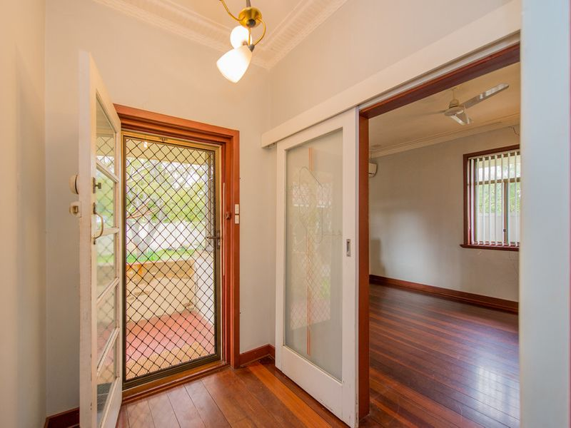 https://propertyphotos.vaultre.com.au/835/768447__reaimport-1568686707-348119-29782.jpg