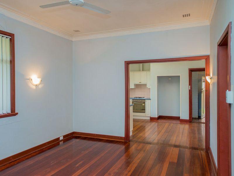 https://propertyphotos.vaultre.com.au/835/768448__reaimport-1568686707-348119-29782.jpg