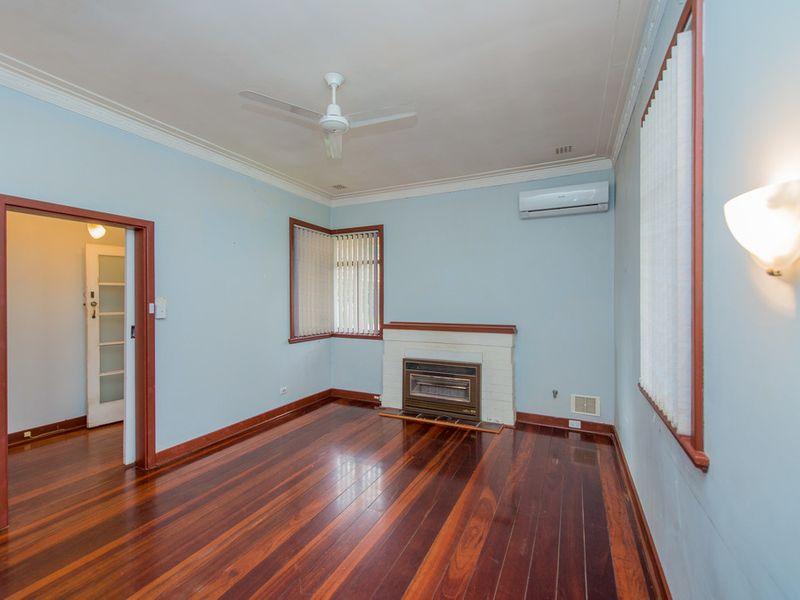 https://propertyphotos.vaultre.com.au/835/768449__reaimport-1568686708-348119-29782.jpg