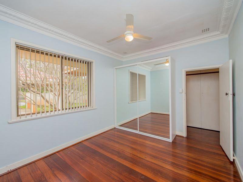 https://propertyphotos.vaultre.com.au/835/768452__reaimport-1568686709-348119-29782.jpg