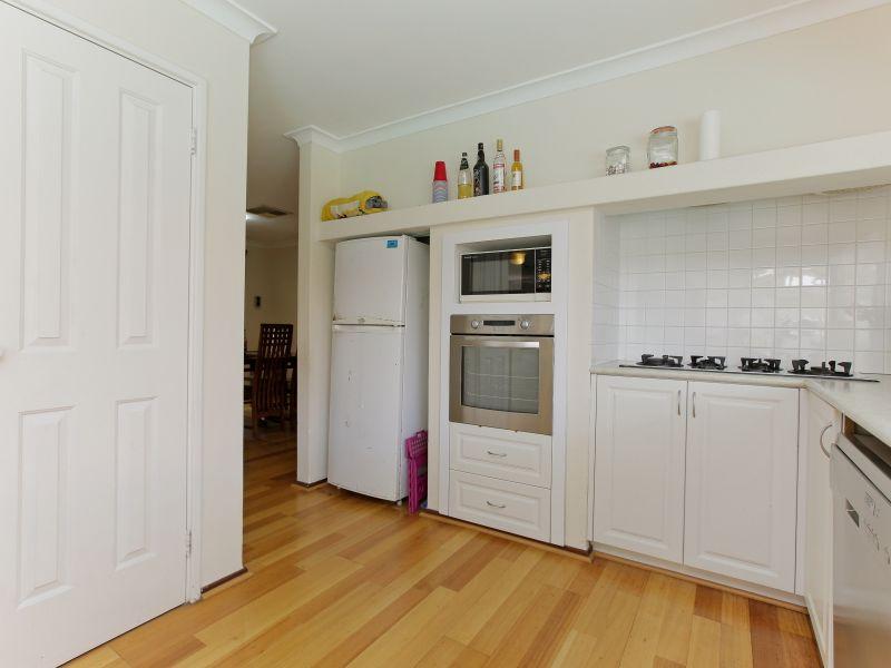 https://propertyphotos.vaultre.com.au/835/769598__reaimport-1568687076-348223-29884.jpg