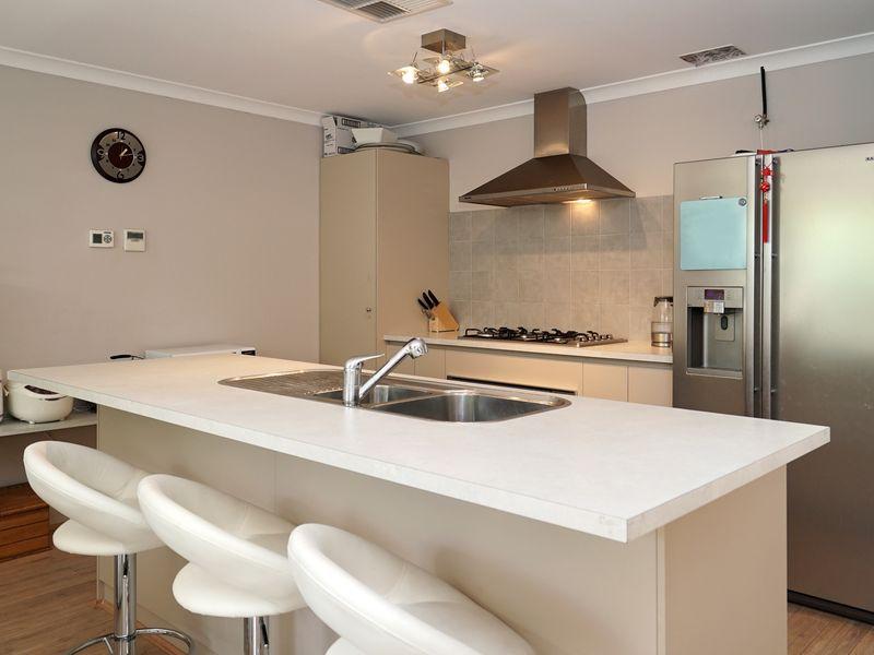 https://propertyphotos.vaultre.com.au/835/771323__reaimport-1568687566-348359-30016.jpg