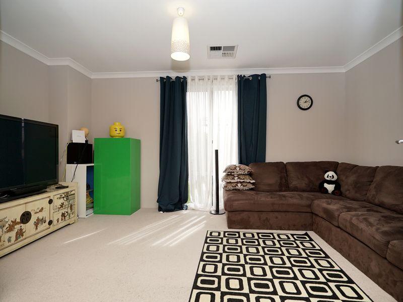 https://propertyphotos.vaultre.com.au/835/771328__reaimport-1568687568-348359-30016.jpg