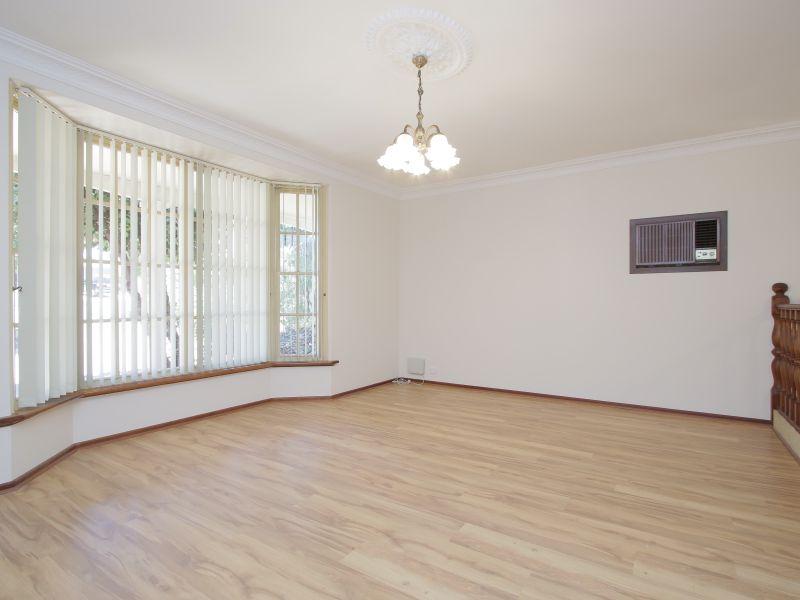 https://propertyphotos.vaultre.com.au/835/771877__reaimport-1568687727-348396-30052.jpg