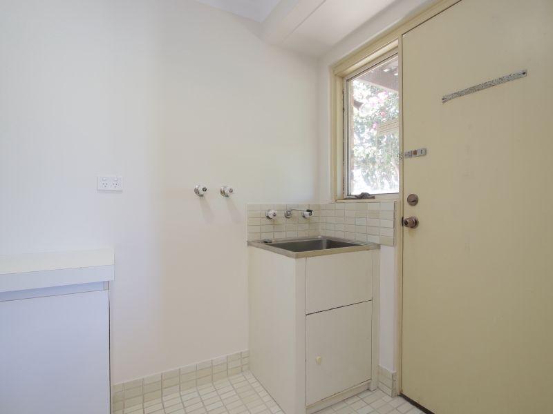 https://propertyphotos.vaultre.com.au/835/771884__reaimport-1568687730-348396-30052.jpg