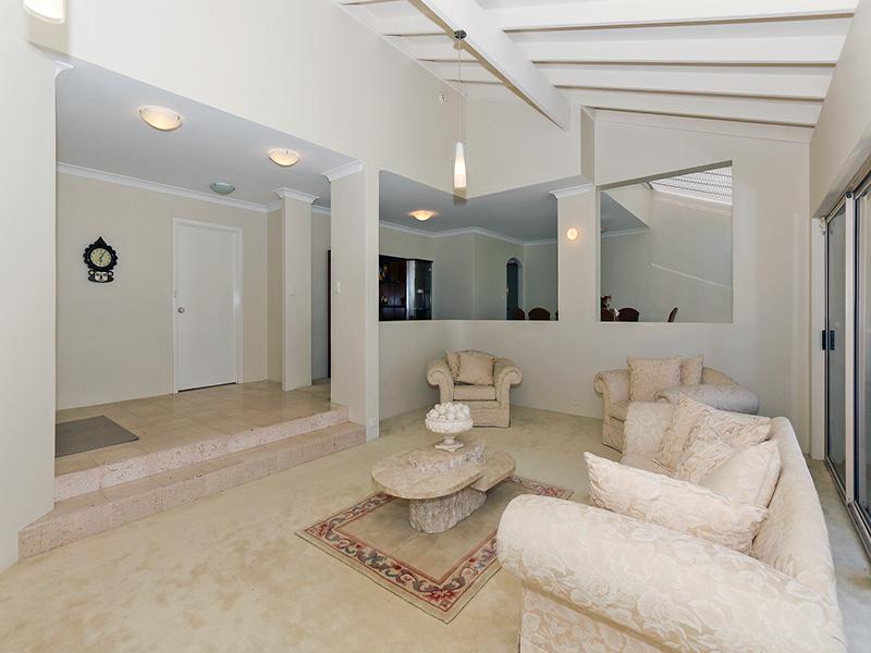 https://propertyphotos.vaultre.com.au/835/8366320__1592806132-4561-img8619.JPG